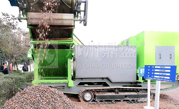 履带式轻物质联合分选车在河南建筑垃圾处理项目使用现场